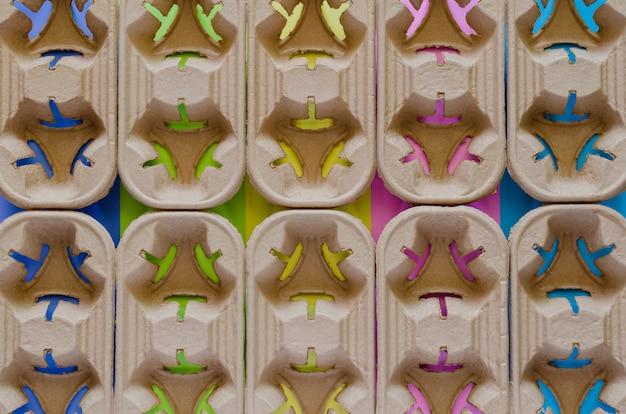 Recycle papier trays voor koffie beker met kleurrijke achtergrond. hergebruik en recycle voor wereld milieuconcept.