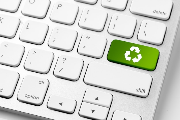 Recycle pictogram op computertoetsenbord voor genn engery concept