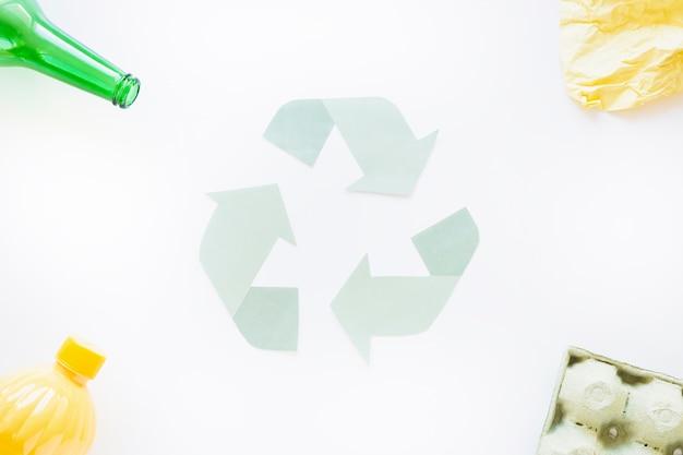Recycle symbool met afval op hoeken