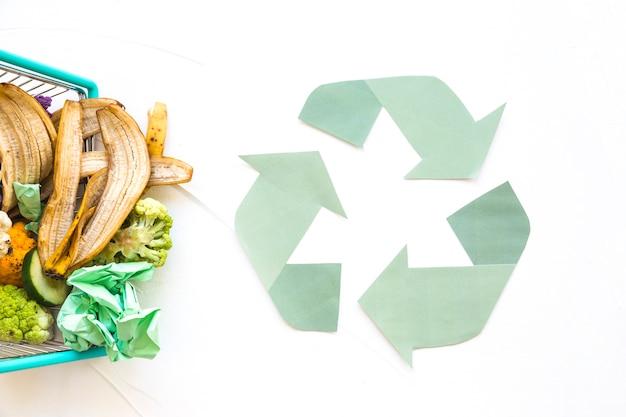 Recycle symbool met organisch afval