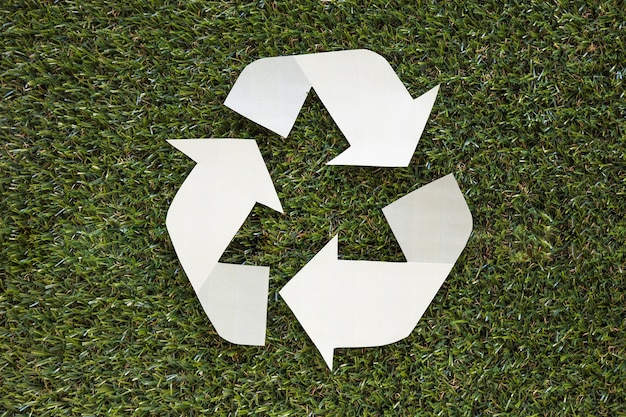 Recycle symbool op gras