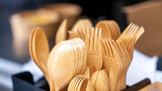 Recyclebaar servies in een foodtruck. vorken en lepels