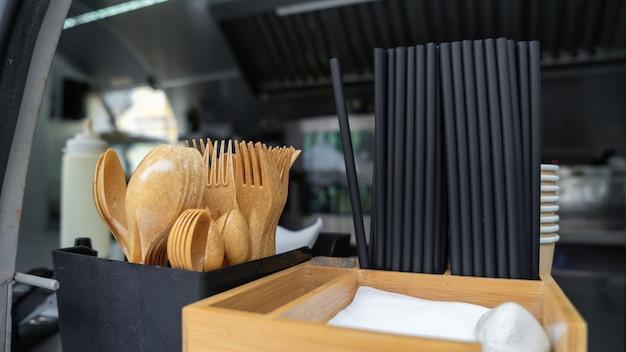 Recyclebaar servies in een foodtruck. vorken, lepels, servetten, tubes