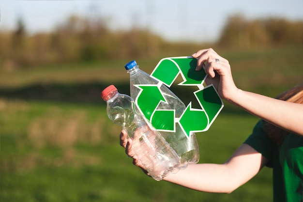 Recycleer achtergrond met vrouw die kringloopteken houdt