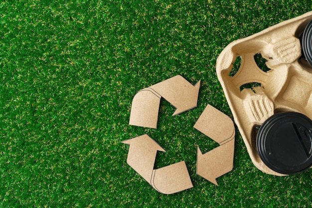 Recycleer afhaalkoffiekopjes en dienbladen ecologisch concept