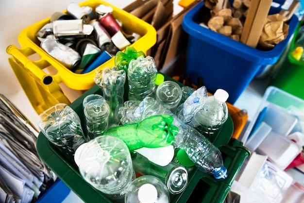 Recycleer afval opgestapeld voor inzameling