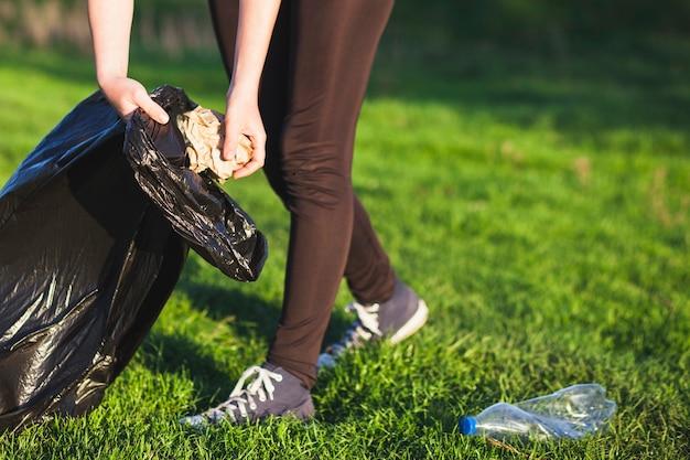 Recycleer concept met vrouw die afval verzamelt