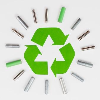 Recycleer het logo omringd door vuilnisbatterijen
