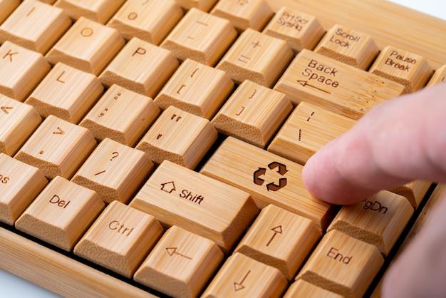 Recycleer pictogram op computertoetsenbord voor groen en ecoconcept