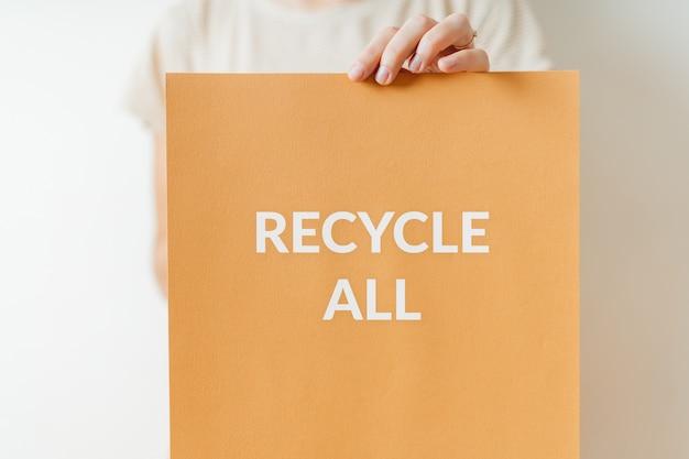 Recycleer teken van protest voor groene toekomst voor planeet. vrouw houdt banner