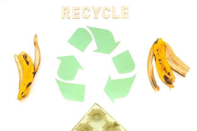 Recycleer woord met logo en afval
