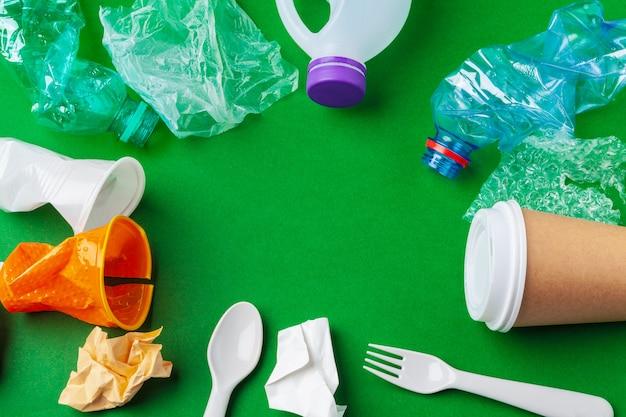 Recycleerbaar afval bestaande uit plastic en papier