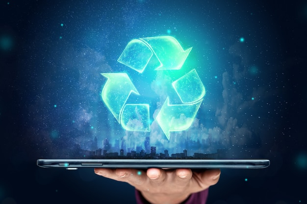 Recycling hologram over de tablet op de hand