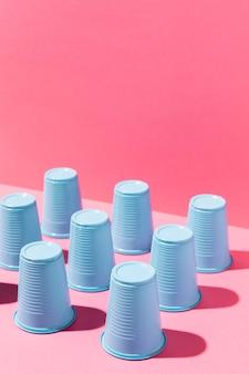 Recycling van plasticware blauwe bekers