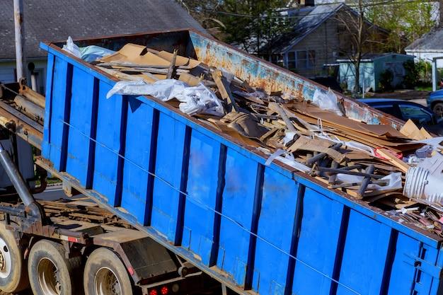 Recycling vuilniswagen vrachtwagen laden van afval en afneembare container.