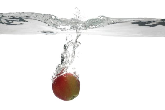 Red apple valt in het water