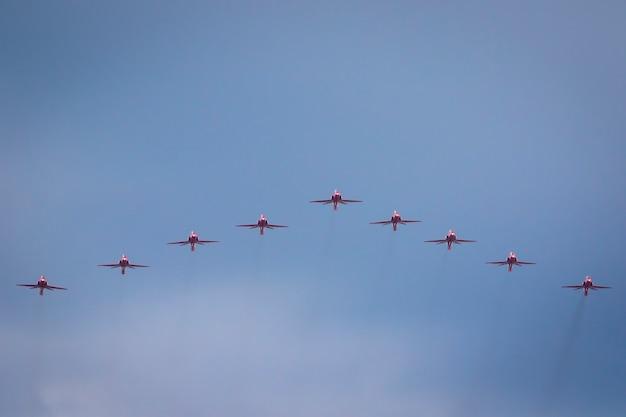 Red arrows-luchtparade over het bos van henegouwen richting buckingham palace