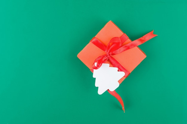 Red christmas gift box op een groene achtergrond