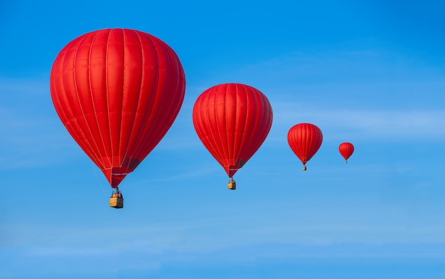 Red hot air-ballons in blauwe hemel. reizen concept