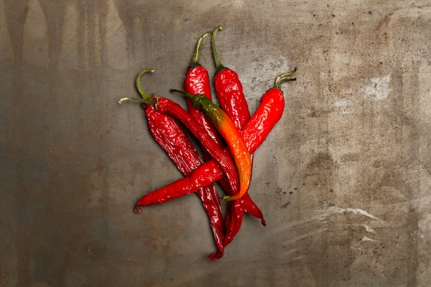 Red hot chili peppers op een metalen tafel in een bovenaanzicht