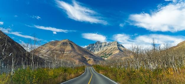 Red rock canyon parkway in de ochtend van de de herfst de zonnige dag. waterton lakes national park, alberta, canada.