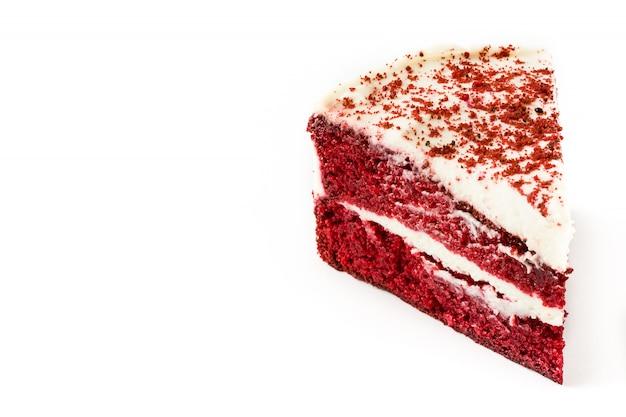 Red velvet cake segment geïsoleerd op een witte achtergrond