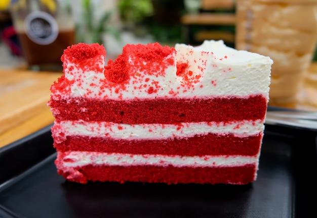 Red velvet cake zet op zwarte plaat in het café.