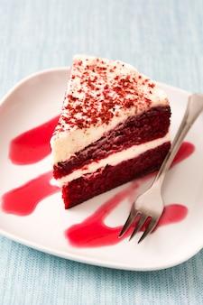 Red velvet cakeplak op blauwe achtergrond