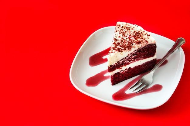 Red velvet cakeplak op rode achtergrond