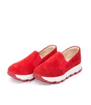 Red women's sneakers op een witte achtergrond