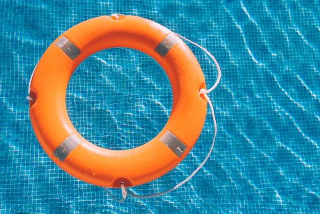 Redder in nood in het zwembad