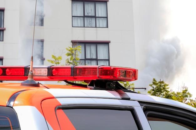 Reddingsauto bij brandend brandgebouw.