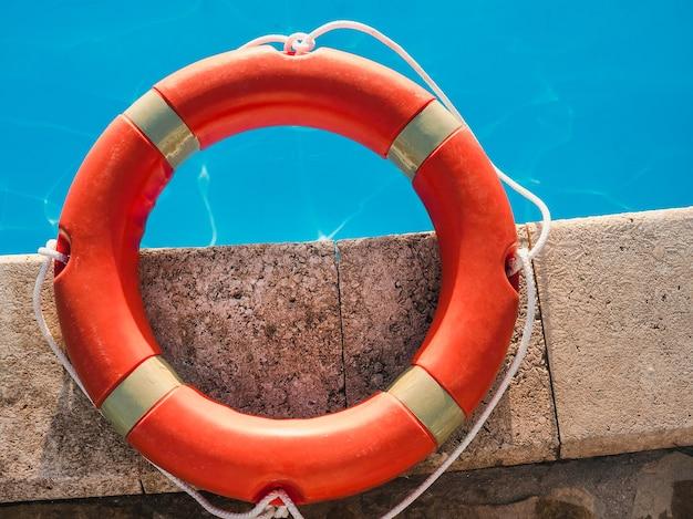 Reddingsboei bij het zwembad. concept van veiligheid, zorg en hulp