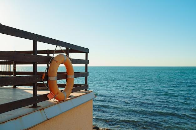Reddingsboei op het strand tegen de zee