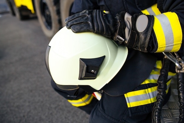 Reddingsbrandweerman in veilige helm en uniform