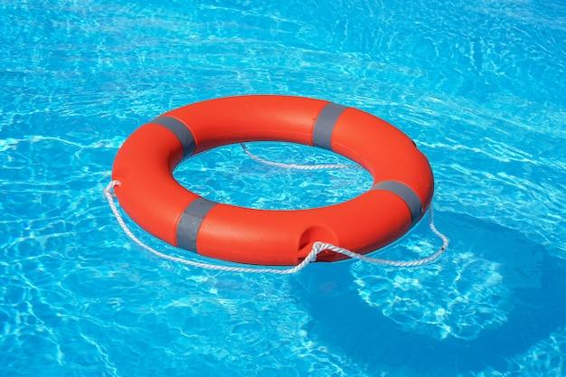 Reddingsring in zwembad.