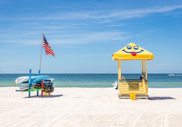 Reddingsvesten en boten op strand st. peter in florida, de vs