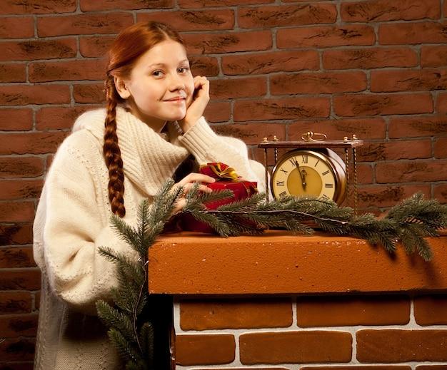 Redhair gelukkige vrouw met geschenken