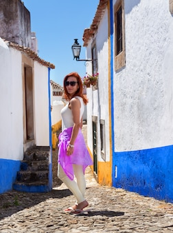 Redhead mooie vrouw in obidos-stad
