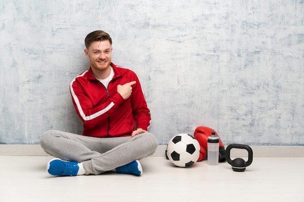 Redhead sport man wijst terug