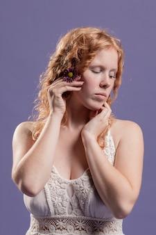 Redhead vrouw poseren met haar handen