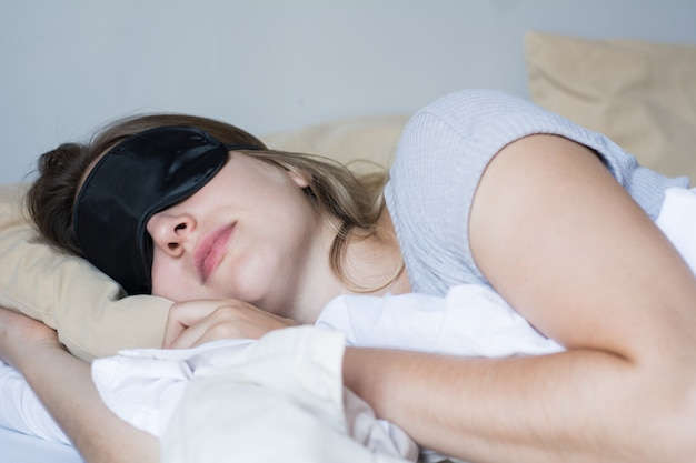 Redhead vrouwenslaap in bed