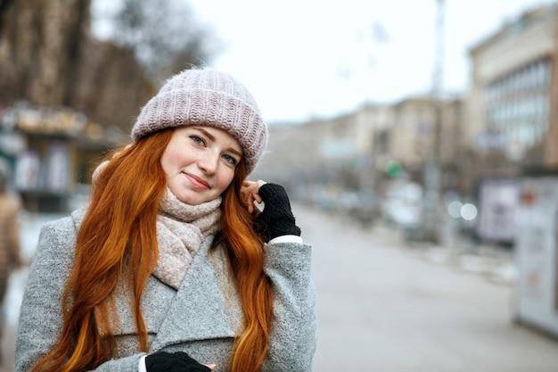 Reeks beelden met emotionele roodharige vrouw die van de wintervakantie geniet. ruimte voor tekst