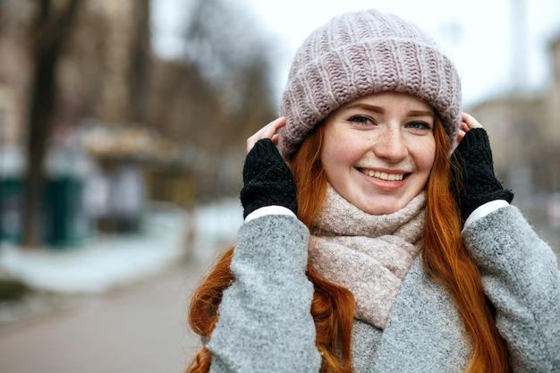 Reeks beelden met gelukkige roodharige vrouw die van de wintervakantie geniet. lege ruimte