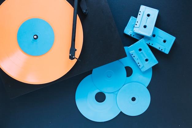 Reeks cassettes en schijven dichtbij platenspeler