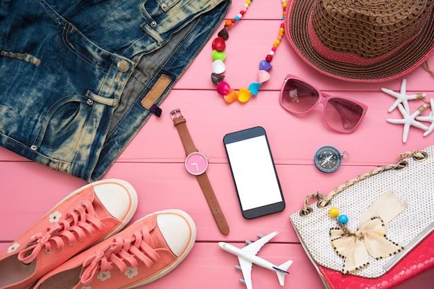 Reeks decoratieve schoonheidsmiddelen voor vrouwen op roze houten achtergrond