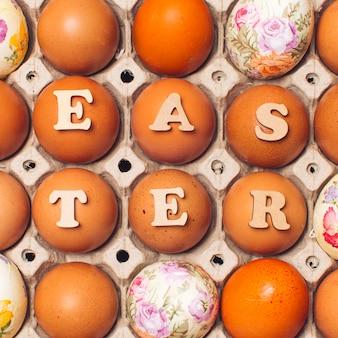 Reeks eieren in container met pasen-titel