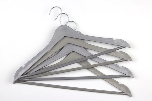 Reeks grijze kleerhangers op een wit