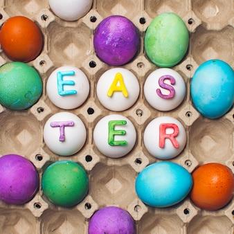 Reeks heldere eieren in container met pasen-titel
