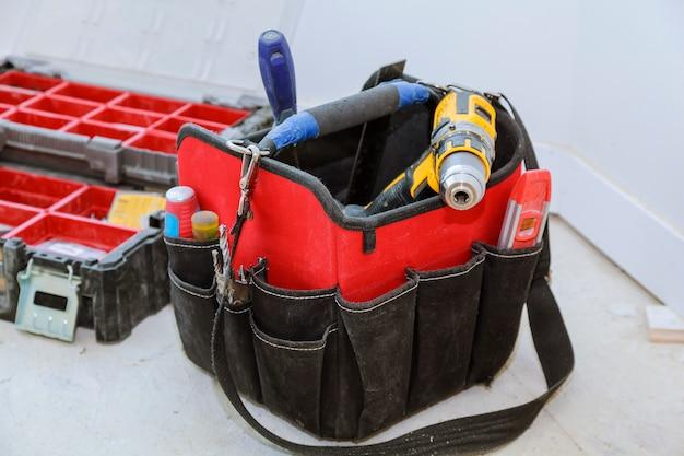 Reeks hulpmiddelen in een zak op houten achtergrond